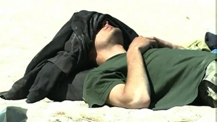 IMAGINI de senzație din Vama Veche. Cum se doarme pe plajă după o noapte de beție