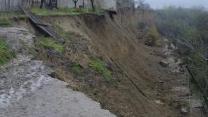 Alunecări de teren în Bacău. Localnicii, avertizaţi să plece din casele lor