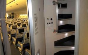 Camerele secrete din avioane. Unde se ascund stewardesele şi ce fac acolo
