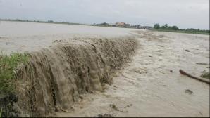 Inundaţii fac prăpăd în Vrancea: Turişti evacuaţi de la o pensiune. Un podeţ a fost luat de ape