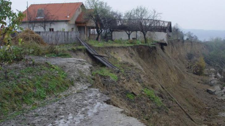 Alunecări de teren în Bacău: aproape 100 de persoane au fost evacuate de urgenţă