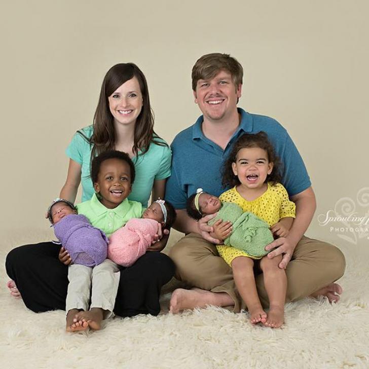 Părinții au pozat cu tripleții lor. Erau fericiți! Dar lumea le privește mirată copiii. Micuții..