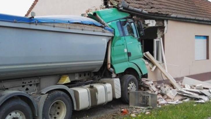 Accident spectaculos în Timiş: a intrat cu camionul în casă!
