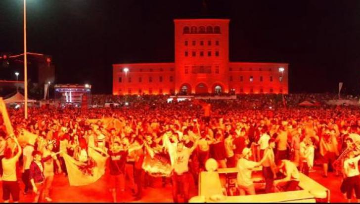 Mii de albanezi îşi exprimă pe străzi la Tirana bucuria pentru victoria din meciul cu România