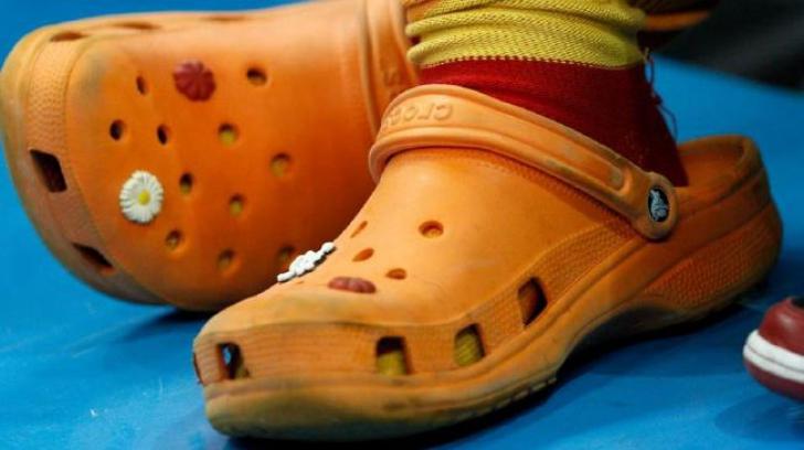 Pantofii Crocs par confortabili, dar uite de ce nu e bine să îi porţi