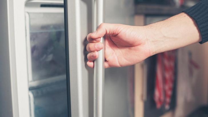 A cumpărat un frigider la mâna a doua, de la un vecin. Când l-a deschis a avut un şoc!