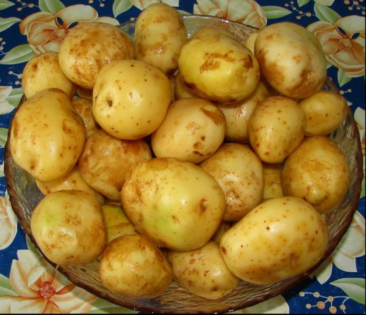 De ce nu e bine să cureți cartofii noi de coajă. Explicația nutriționiștilor te va surprinde