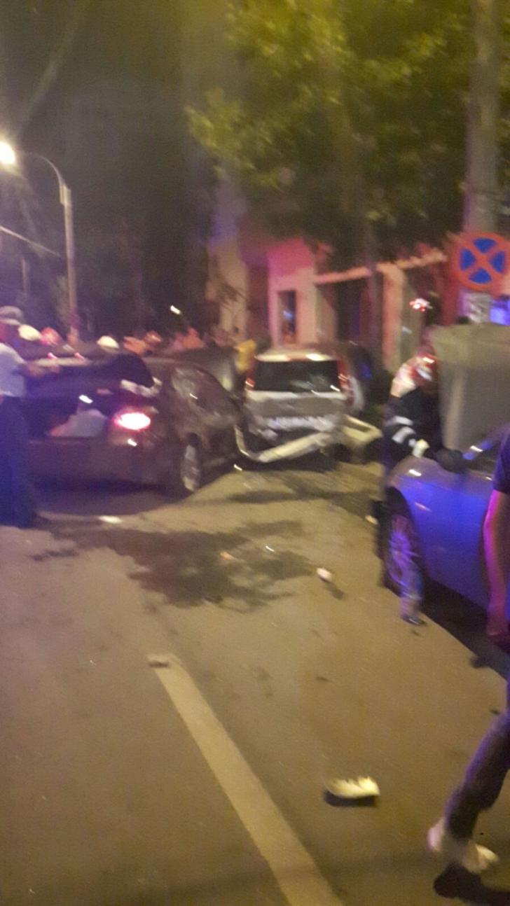 Accident spectaculos în Capitală: 6 mașini implicate, 2 persoane au ajuns la spital! IMAGINI ȘOCANTE