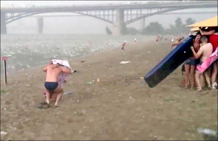Fenomen înspăimântător pe o plajă din Siberia. O furtună monstru a lovit pe neaşteptate