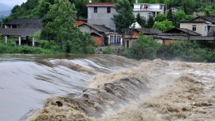 Cel puţin 24 de persoane au murit în ultimele zile, în urma inundaţiilor din Indonezia