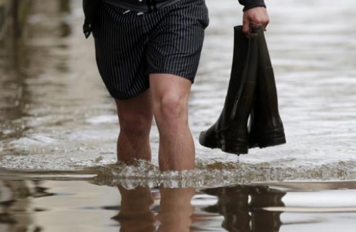 Inundaţii catastrofale în Bacău. Un mort, zeci de locuitori evacuaţi