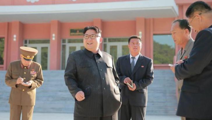 Comportament de dictator. Kim Jong Un, fotografiat în timp ce fuma în pofida unei campanii antifumat