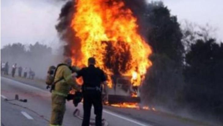 Un microbuz în care se aflau 14 persoane a luat foc în mers pe DN 2 în Buzău