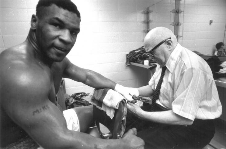 """Mike Tyson împlinește 50 de ani. IMAGINI inedite de la debutul lui """"Iron Mike"""" în ring!"""