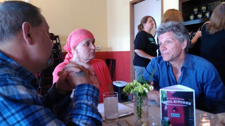 Surpriza incredibilă de care a avut parte o femeie bolnavă de cancer. Cine a invitat-o la cină