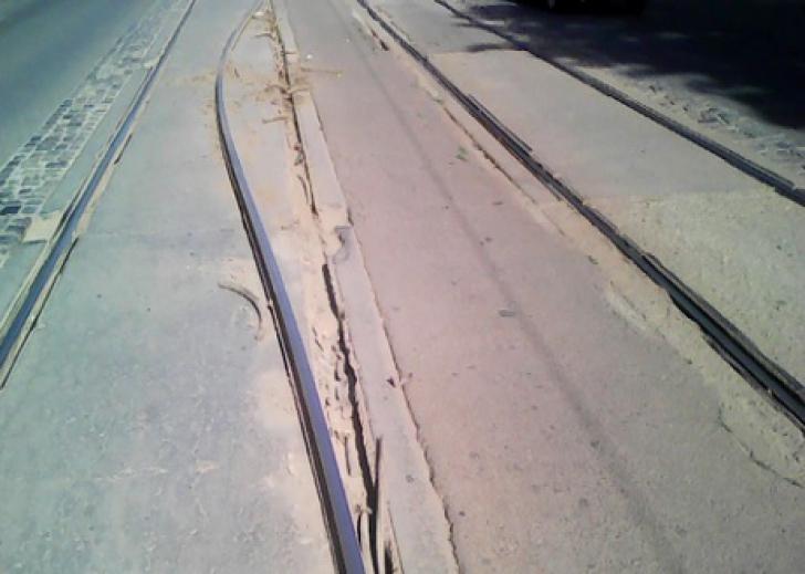 Arşiţa pune stăpânire pe ţară! Şinele de tramvai s-au curbat, din cauza caniculei - Foto: nasul.tv