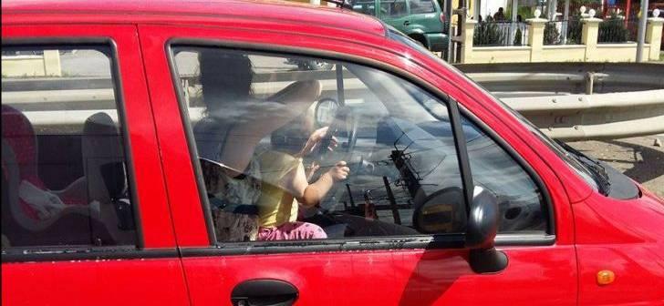 Ipostaza SCANDALOASĂ în care a fost surprinsă o tânără la volan, în Timişoara. Copilul ei...