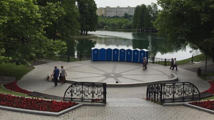 """Toalete ecologice montate în mijlocul parcului: """"Investiţia e bună, amplasarea e proastă"""""""