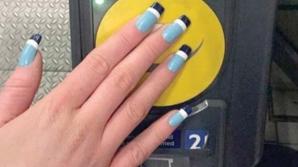 O tânără şi-a pus cardul de metrou în unghie