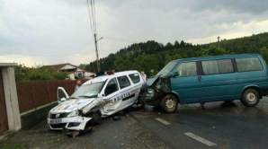 Accident groaznic în Bihor: A intrat cu microbuzul chiar în maşina Poliţiei