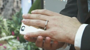 VIDEO. S-a căsătorit cu telefonul lui. Povestea incredibilă care a devenit fenomen pe internet!