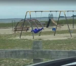 Şi-a dus copiii în parc, dar ce a văzut acolo l-a făcut să-i închidă în maşină.Ziua-n amiaza mare...