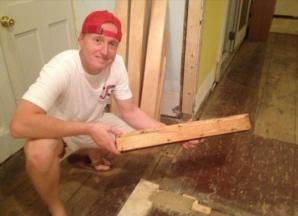 A vrut să renoveze casa, dar A ÎNCREMENIT când a scos podeaua! Stătea acolo de 73 de ani!