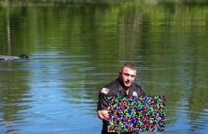 S-a aruncat în apă când a văzut maşina plonjând de pe pod. Au văzut pe cine a salvat... Au plâns!