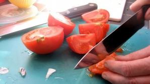 Adaugă acest ingredient pe care şi tu îl ai în casă în salata de roşii. Îi va schimba complet gustul