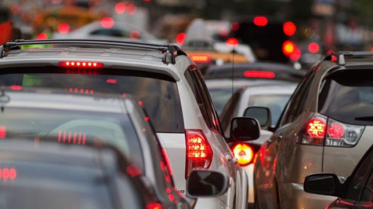 DN1 blocat: Coloane de mașini pe câțiva kilometri! Barierele de la o trecere de cale ferată, blocate
