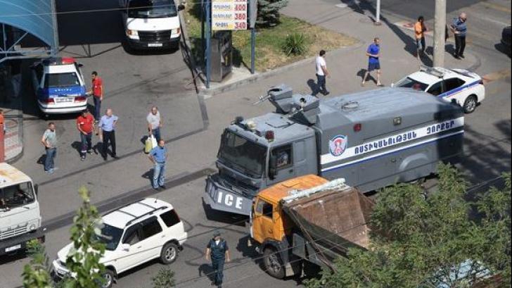 Criza ostaticilor din Armenia: Polițist împușcat mortal