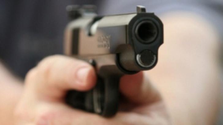 Un bărbat a murit după ce a fost împuşcat de un poliţist care îşi apăra un coleg, la Râşnov