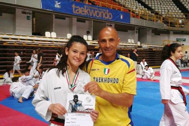 Fiica unor români plecaţi în Italia face senzaţie. Adolescenta, premiată de autorităţi!