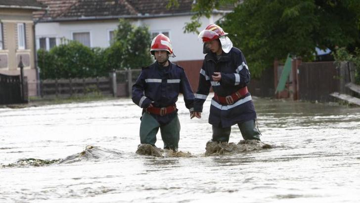 Peste 30 de gospodării din Sibiu, afectate de inundații! Pompierii intervin cu motopompe