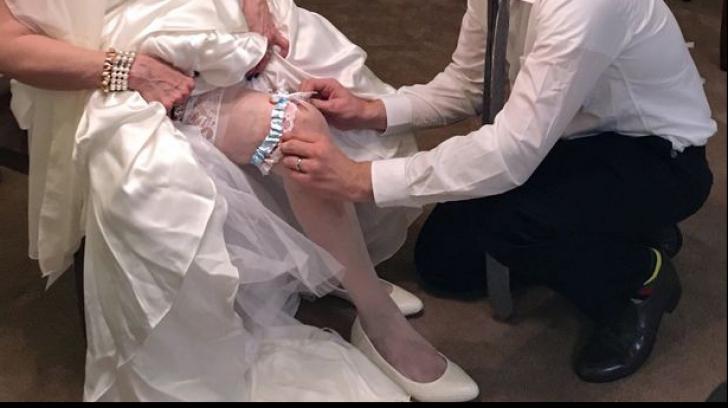 Mireasa de 71 de ani și-a luat mire de 17 ani. Cum arată cuplul
