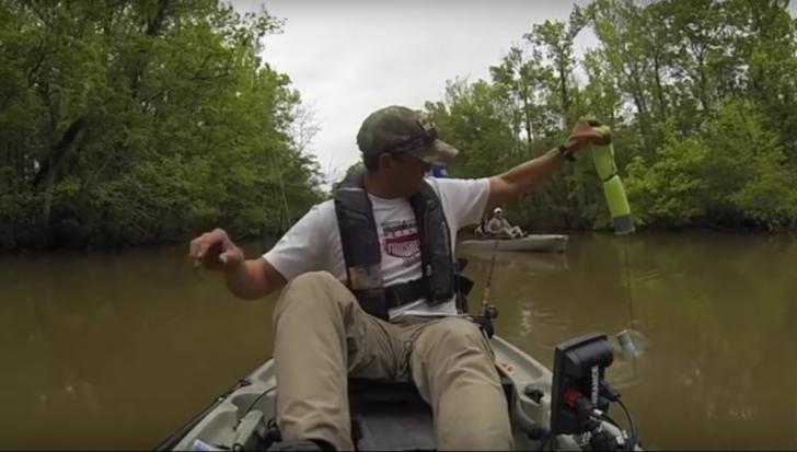 Era la pescuit cu fiul lui, dar când a scos undiţa din apă... Copilul a început să plângă!