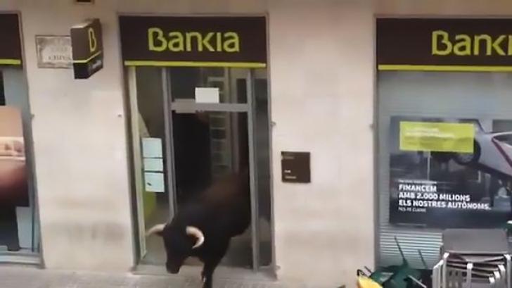 Ușa unei bănci comerciale s-a deschis brusc. Oamenii au încremenit când au văzut cine intră