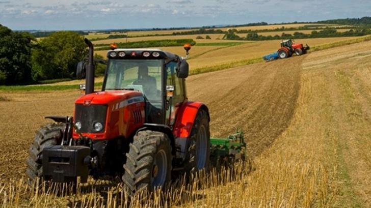 Filmarea făcută de un fermier, în timp ce era cu tractorul pe câmp. A crezut că e ceva magic!