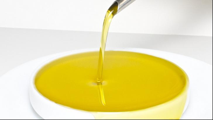 Toți trebuie să avem în casă acest ulei: vindecă acneea, herpesul, durerile în gât și infecţiile