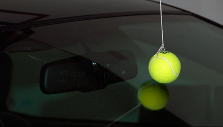 A atârnat o minge de tenis în garaj, deasupra mașinii. A scăpat-o definitiv de o problemă comună
