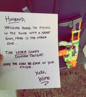 A ajuns acasă, dar a îngheţat de frică! Arma era la uşă, iar soţia lui... A făcut o POZĂ, apoi...