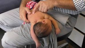 Copilul lor plângea încontinuu şi nu dormea. Când l-au dus la medic, au rămas înmărmuriţi
