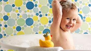 Poţi umbla dezbrăcat în faţa copilului? Ce spun experţii