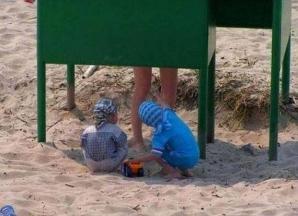 Cele mai penibile fotografii de pe plajă. S-au făcut de râs în faţa tuturor!