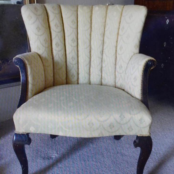 A urcat la mansardă şi a găsit un scaun prăfuit. Când l-a curăţat, a început să râdă: era bogat!