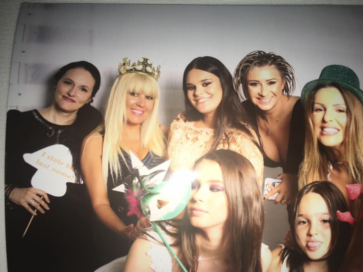 <p>Elena Udrea, cu coroană de prinţesă pe cap şi lângă furca Diavolului, pe Facebook</p>