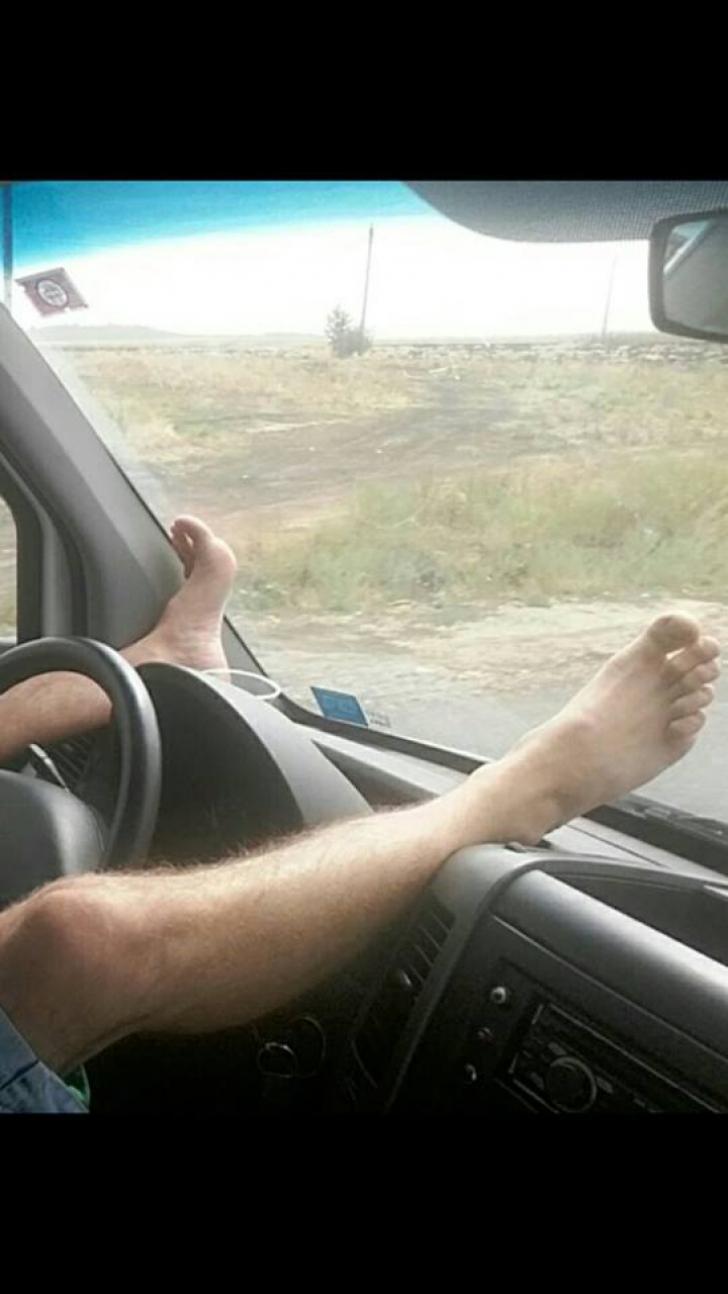 Pasagerii au încremenit. Cum şi-a permis un şofer de microbuz să conducă - FOTO