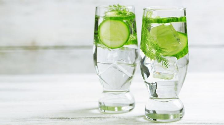 5 motive pentru care ar trebui să bei apă de castraveţi în fiecare zi