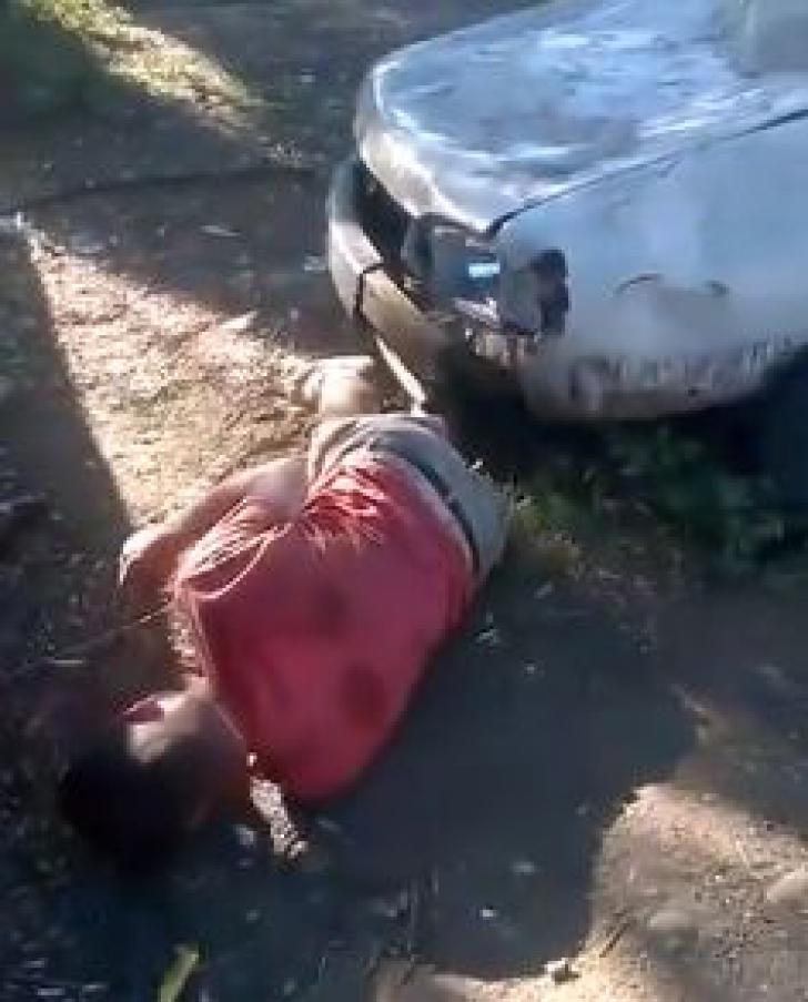 Un tânăr a fost bătut pe stradă cu pumnii şi picioarele. Scena a fost filmată