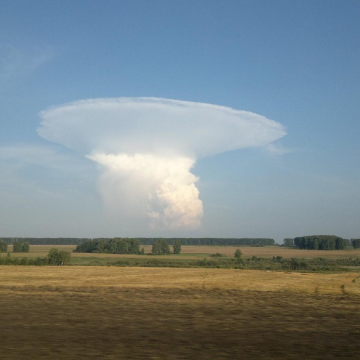 """O """"ciupercă"""" precum cea nucleară a apărut brusc pe cer. Mii de oameni au sunat la Urgențe"""